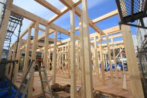 木造建築の花形!いよいよ上棟の開始です。土台から屋根までの木造構造を大勢の大工で一気に建て上げる「上棟」が行われます。
